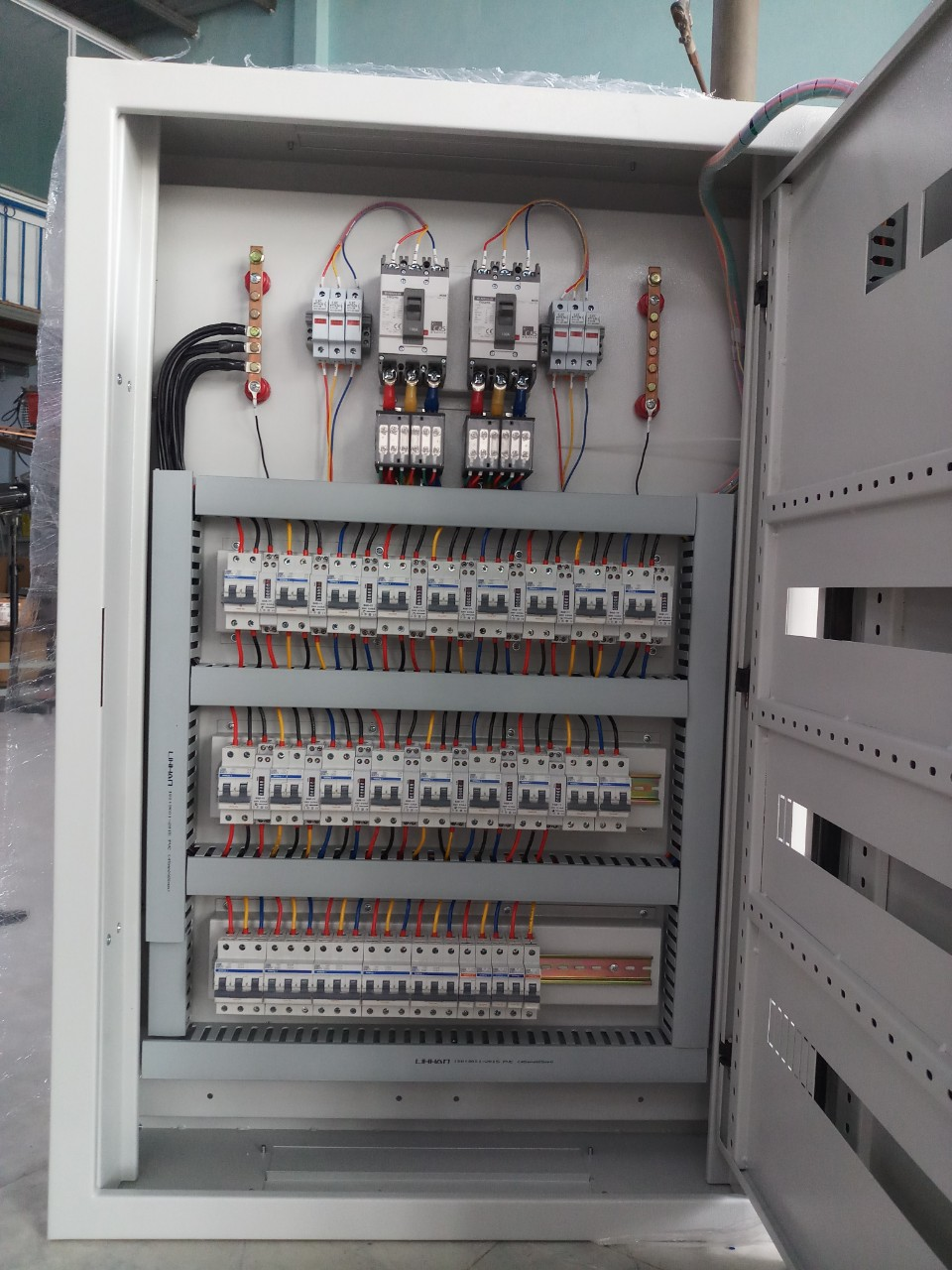 Biến dòng 3 pha trong tủ điều khiển